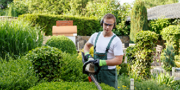 GARDENER REQUIRED - OLD TOWN - SWINDON - £10 PH REQUIRES LAWN MOWER AND STRIMMER